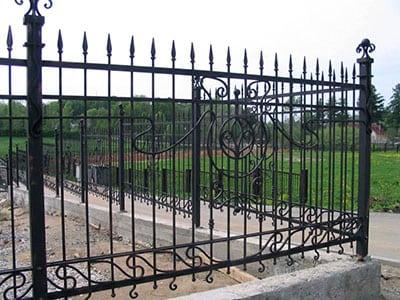 Как выбрать металлический забор