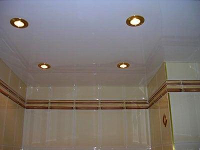 Методы отделки потолков в ванной комнате