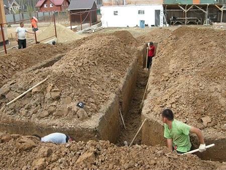 Строительство дома начинается с земляных работ